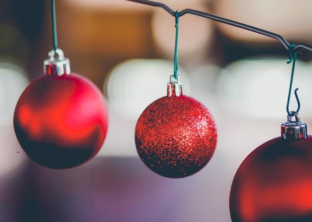Drie rode kerstballen