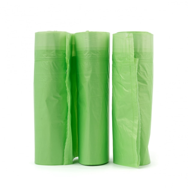 Drie rollen met groene plastic zakken voor prullenbak geïsoleerd
