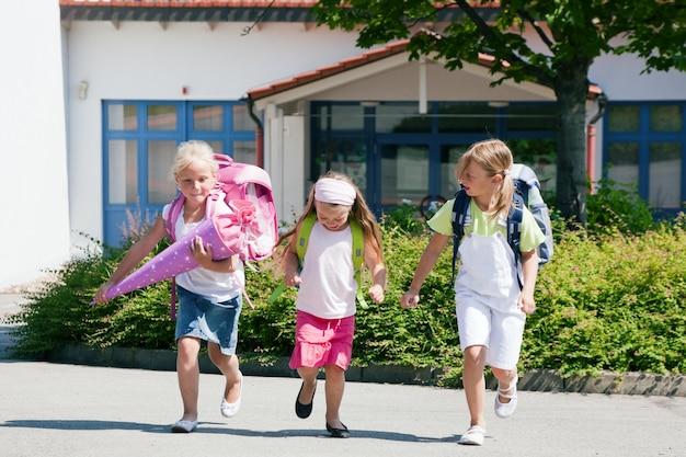 Drie schoolkinderen hebben plezier