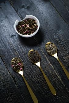 Drie soorten thee in lepels - groen, zwart en rooibos