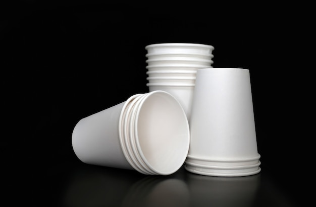 Drie stapels witte papieren bekers