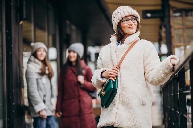 Drie studenten in de winter outfit op straat