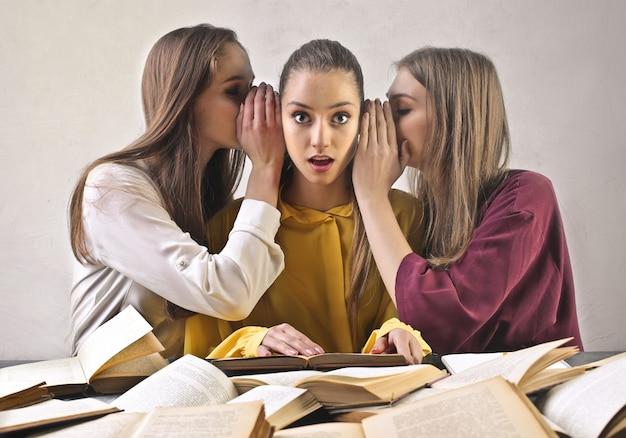 Drie studentenmeisjes