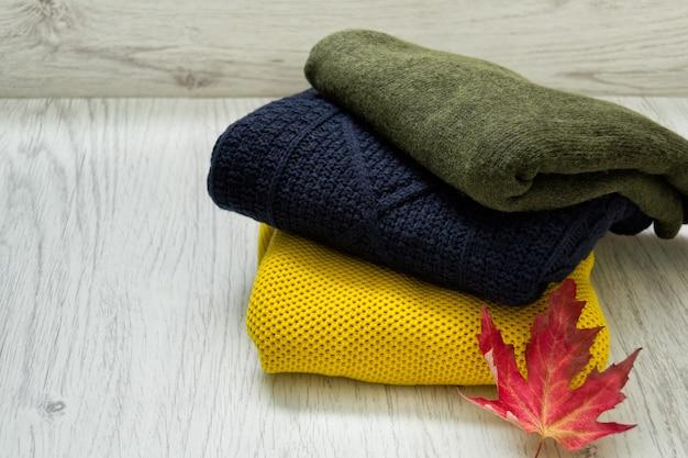 Drie sweaters en een esdoornblad