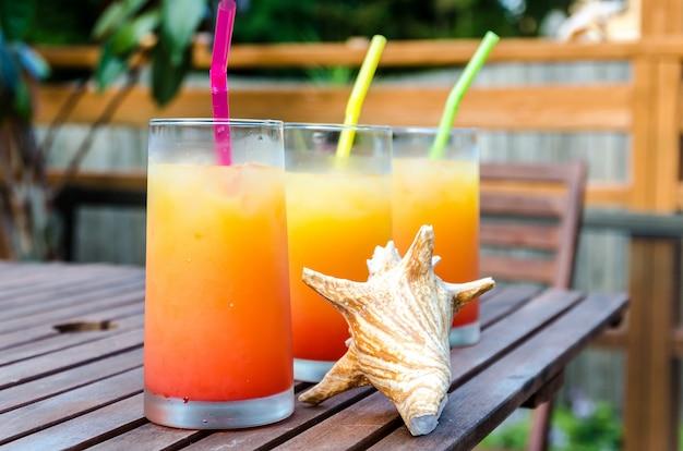 Drie tequila-sunrise-cocktails
