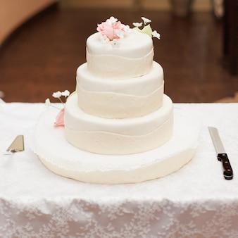 Drie trapsgewijze bruidstaart met wit suikerglazuur