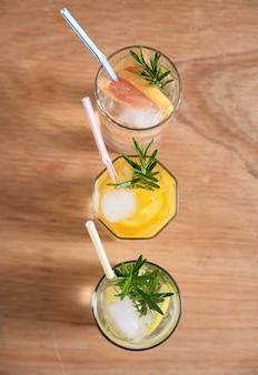 Drie verfrissende drankjes met rietjes