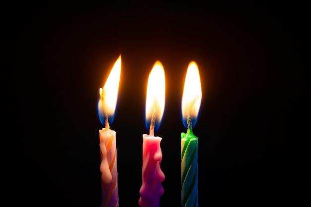 Drie verjaardagskaarsen op zwart