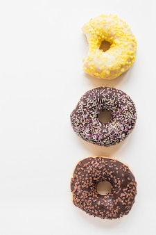Drie verschillende donuts op witte achtergrond