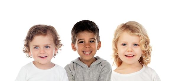 Drie verschillende kinderen samen geïsoleerd op een witte achtergrond