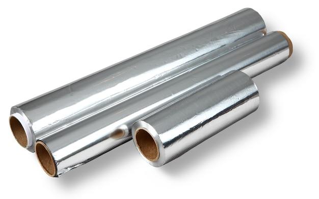 Drie verschillende rollen aluminiumfolie voor voedselopslag en koken, geïsoleerde afbeelding op een witte achtergrond. folierollen van verschillende afmetingen: lengte en dikte. geen lichaam.