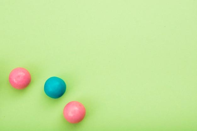 Drie verschillende snoepjes op smaak gebracht op tafel