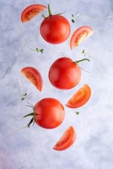 Drie verse rode tomaten met micro grijnst, bovenaanzicht, close-up.
