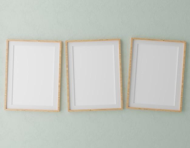 Drie verticale houten frames op groene muur