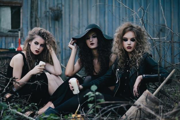 Drie vintage heksen verzamelden zich voor de sabbatavond van halloween