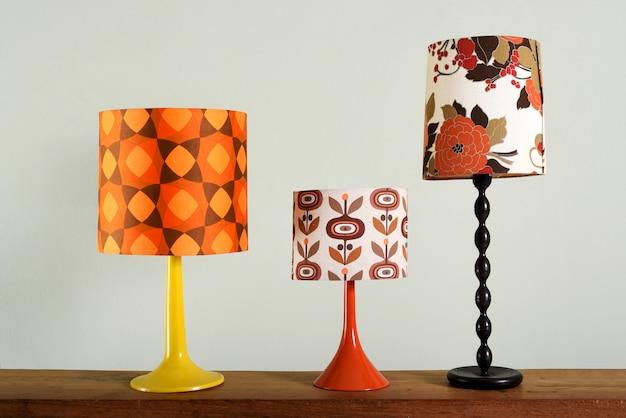 Drie vintage tafellampen met kleurrijke tinten
