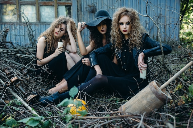 Drie vintage vrouwen als heksen