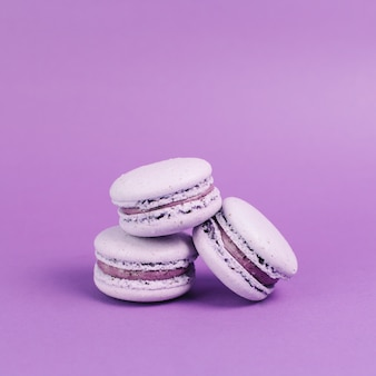 Drie violette makarons