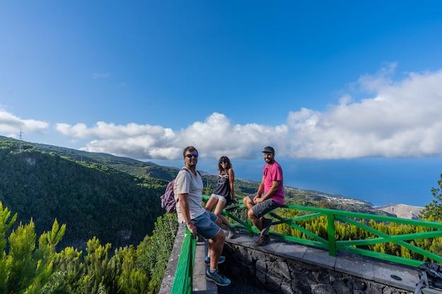 Drie vrienden bij het uitzichtpunt van de cubo de la galga
