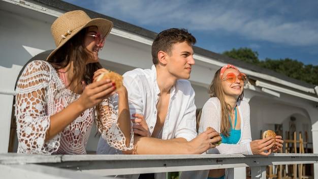 Drie vrienden die samen genieten van hamburgers