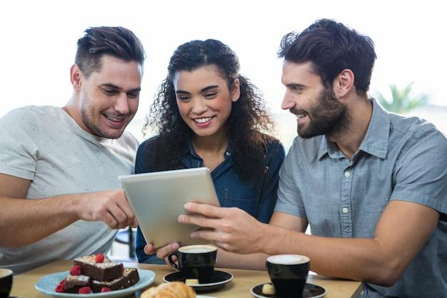 Drie vrienden met behulp van een digitale tablet