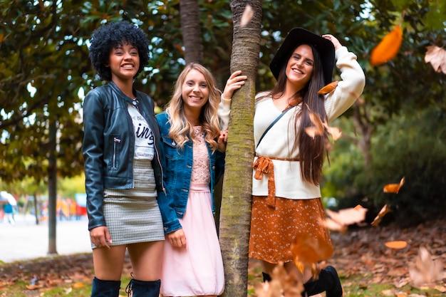 Drie vrienden multi-etnische levensstijl in een bos in de herfst