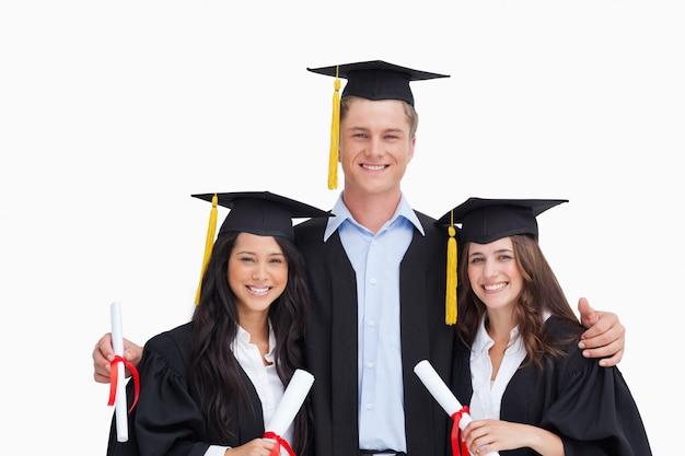 Drie vrienden studeren samen af van de universiteit