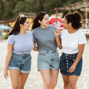 Drie vriendinnen met plezier op het strand