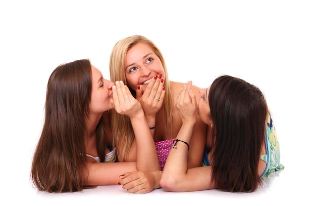 Drie vriendinnen roddelen over wit