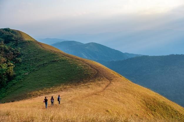 Drie vrouw trekking op een hoge berg met een prachtige natuur schilderachtige en blauwe hemelachtergrond