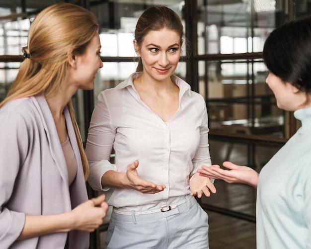 Drie vrouwelijke ondernemers bespreken binnenshuis