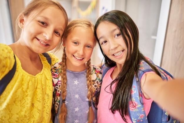 Drie vrouwelijke studenten in de hoofdweergave