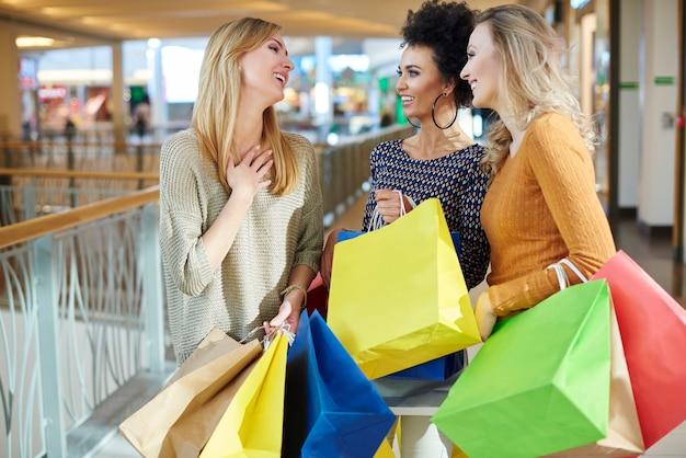 Drie vrouwen bij het winkelcomplex
