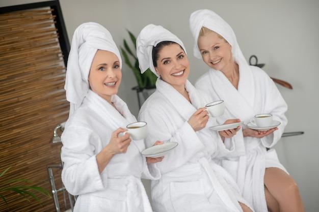 Drie vrouwen van middelbare leeftijd ontspannen in spa