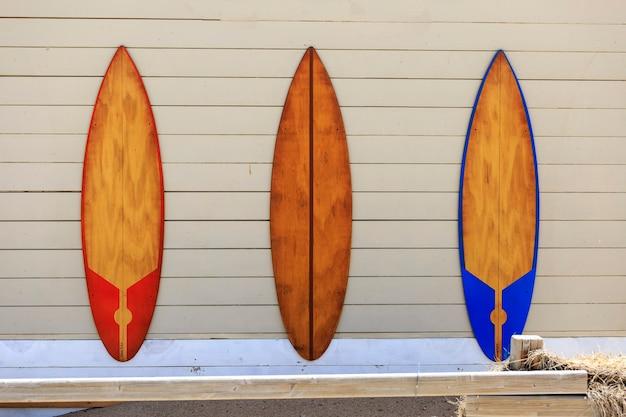 Drie windsurf tafels aan de muur