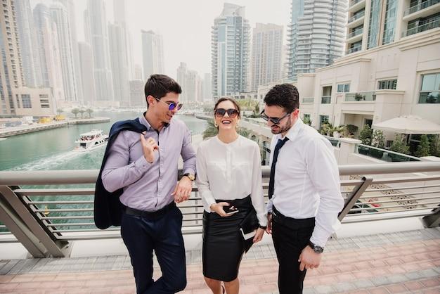 Drie zakenmensen in pak die een pauze nemen van hard werken