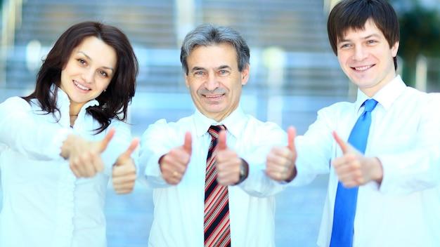 Drie zakenpartners duimen omhoog