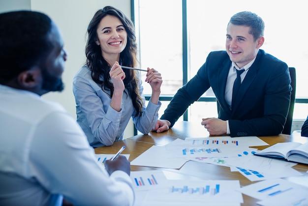 Drie zakenpersoneel in een vergadering