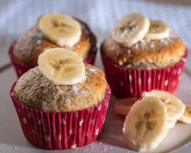 Drie zelfgemaakte bananenmuffins, eenvoudig kookconcept