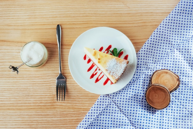 Driehoek kaas cake in café. op een houten tafel