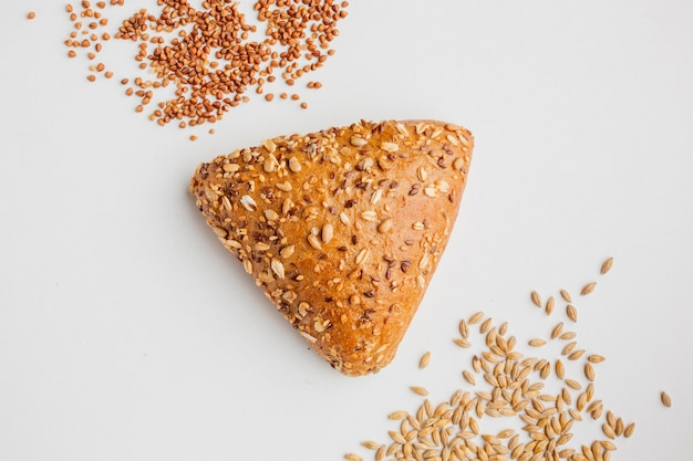 Driehoekig brood met zaden