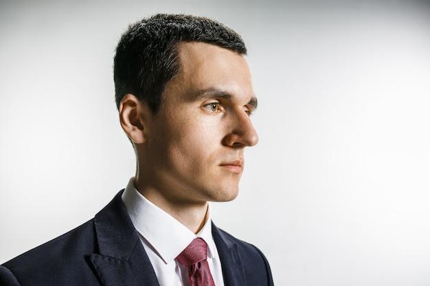 Driekwart portret van zakenman met ernstig gezicht.