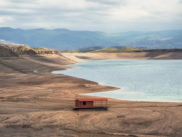 Drijvend hotel op het strand. futuristisch uitzicht op de canyon en het stuwmeer. het chirkeyskoye-reservoir is het grootste kunstmatige reservoir in de kaukasus.