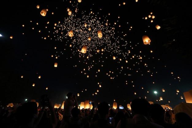 Drijvend lantaarnfestival in thailand