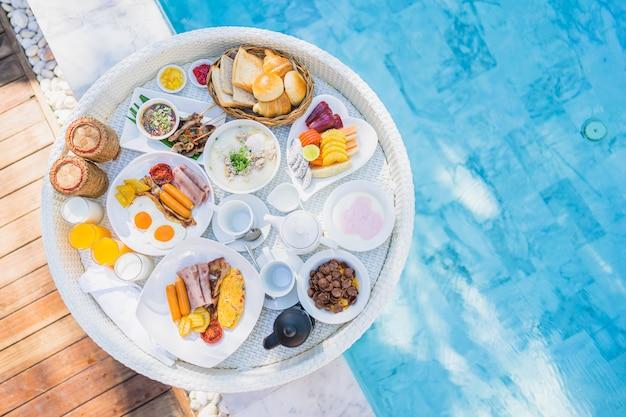 Drijvend ontbijt dat in dienblad wordt geplaatst met de gebraden koffie van het de broodvruchtenmelk van de eiomelet worst ham