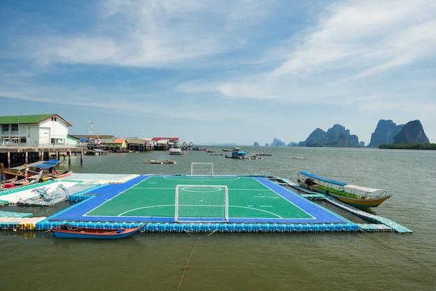 Drijvend voetbal of voetbalgebied bij panyee-eiland met kalksteenbergen, phang nga, thailand.