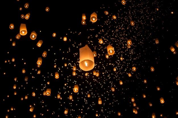 Drijvende aziatische lantaarns in yee-peng festival, chiang mai thailand