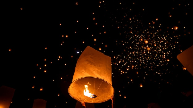 Drijvende hemellantaarn in noordelijk thais traditioneel nieuw jaar