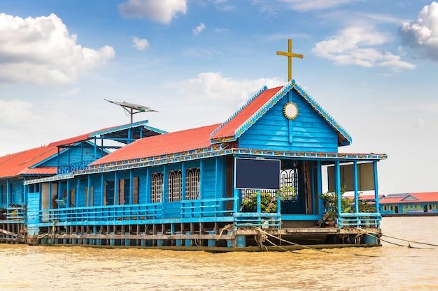 Drijvende kerk in het drijvende dorp chong khneas, siem reap, cambodja