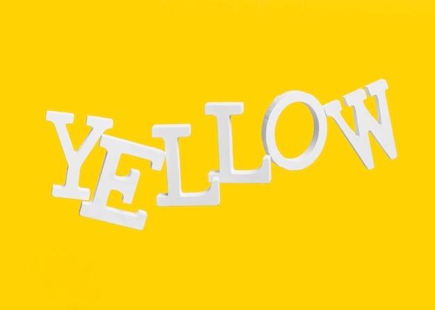 Drijvende letters die het woord geel vormen